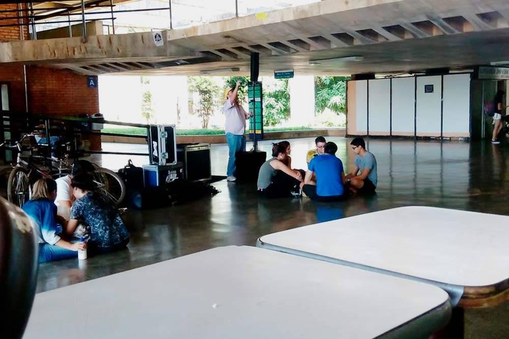В кампусе университета всегда царила непринужденная обстановка — сидящих прямо наполу людей можно было увидеть очень часто