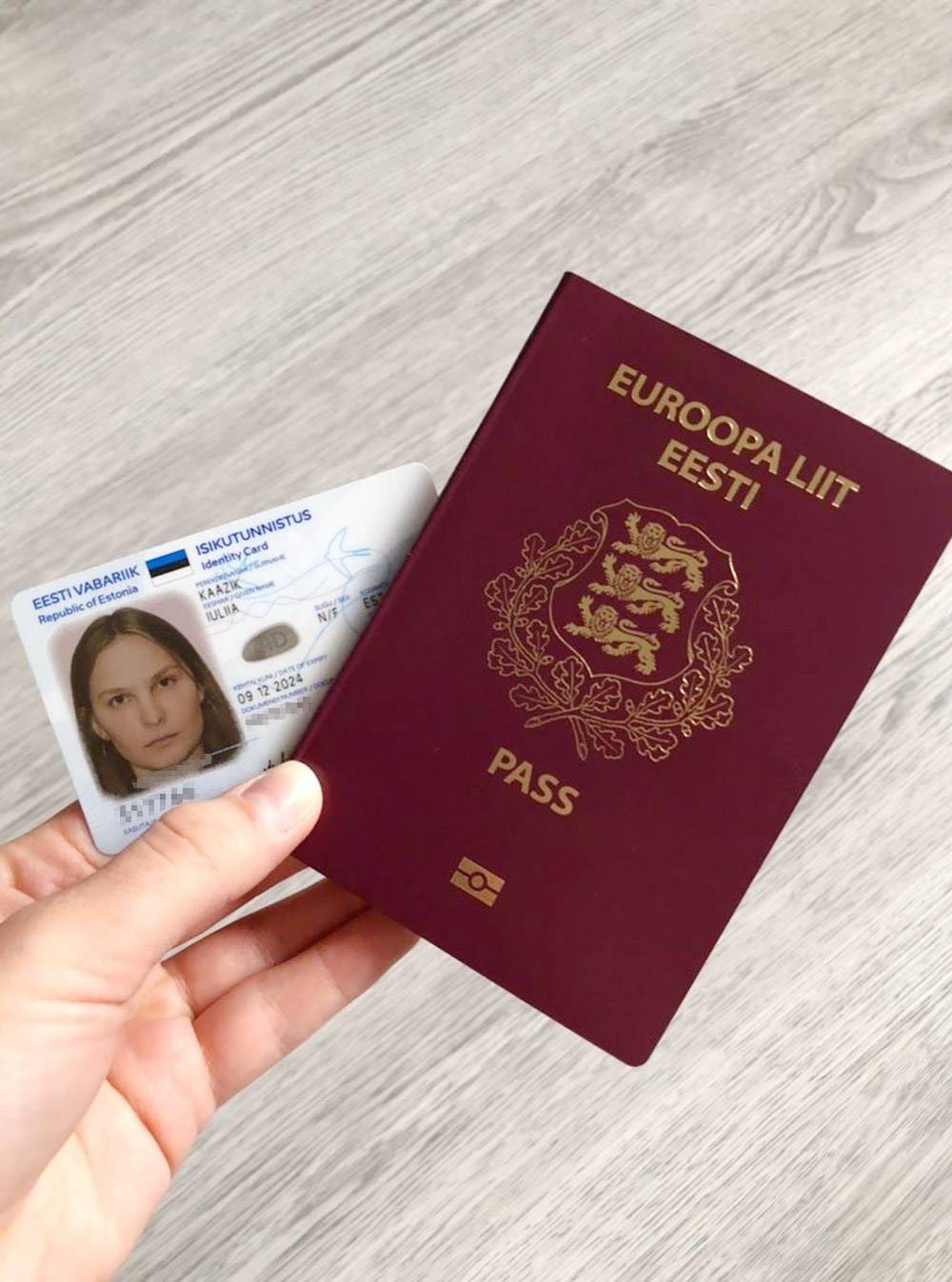Мои новенькие паспорт и ID-карта. Планировала обмыть их поездкой в Европу на майские праздники, но в 2020году у коронавируса свои планы. Поездку пришлось отложить на неопределенный срок