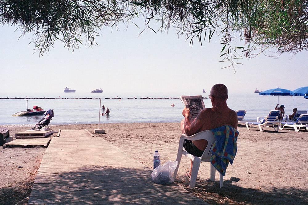 Отдых на пляже в начале октября. Источник: Max Zhiltsov