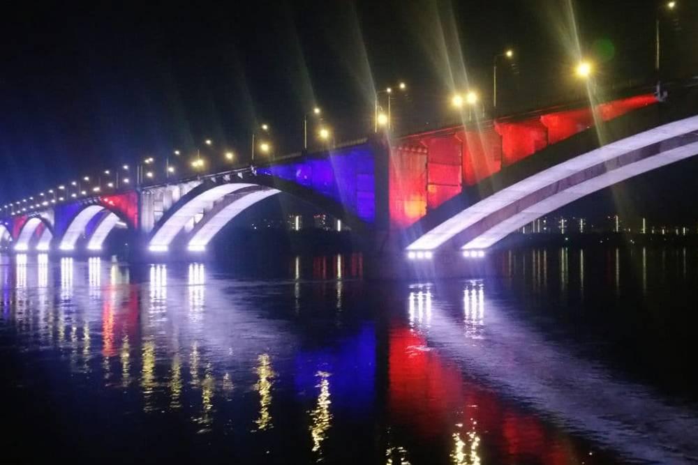Многие здания и мосты в Красноярске подсвечиваются. По мнению мэрии, зимой это поднимает настроение жителям
