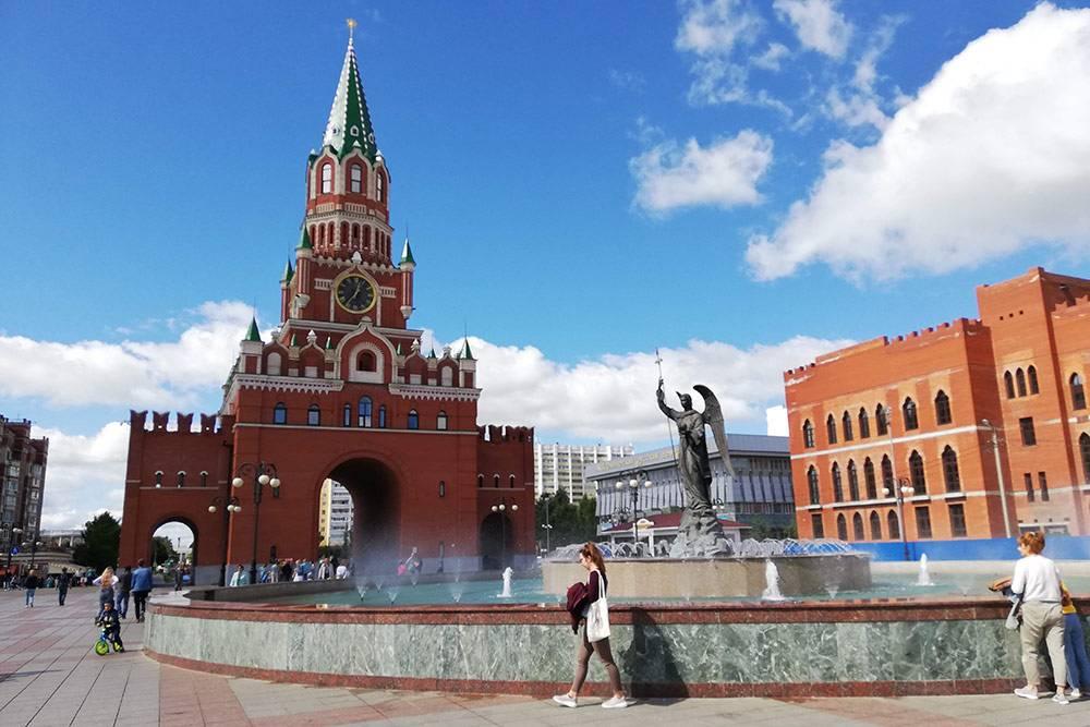 Башня впечатляет своим сходством с кремлевской. Видела на фото, что зимой вокруг фонтана устанавливают гирлянды — наверное, они имитируют струи воды