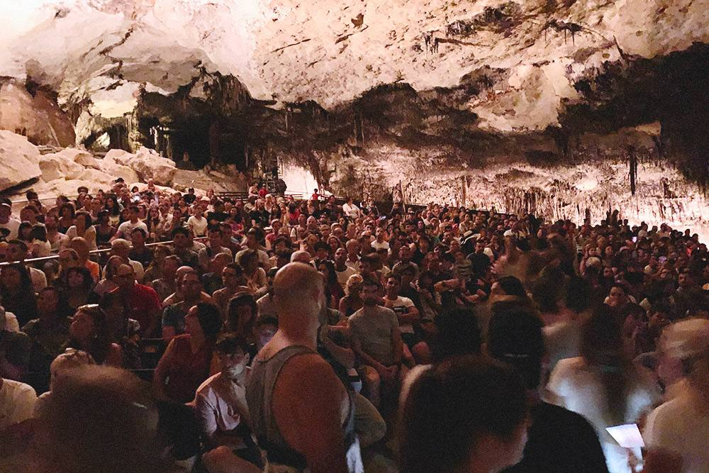Туристы готовятся к живому концерту на воде. Это все, что нужно знать о популярных туристических местах на Мальорке