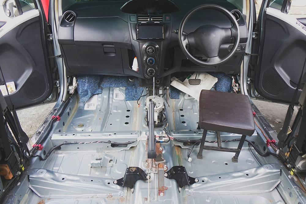 Чтобы правильно просушить автомобиль, нужно его практически разобрать. Источник: Ni_ninan / Shutterstock