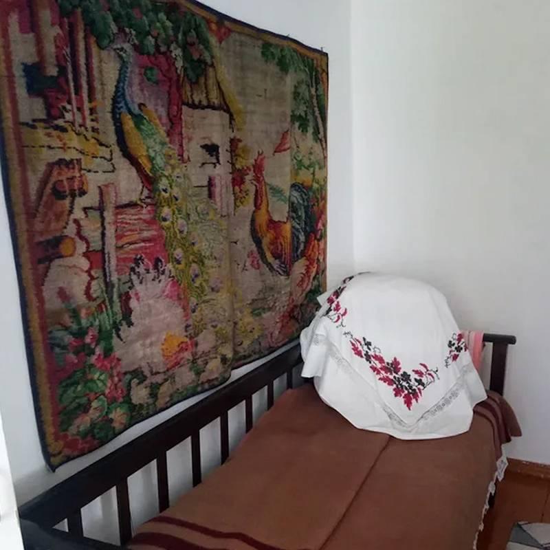 Кровать из дома-музея Сурикова, на которой отдыхал правнук художника — режиссер Никита Михалков — во время визита на родину Василия Сурикова. Источник: страница музея во «Вконтакте»
