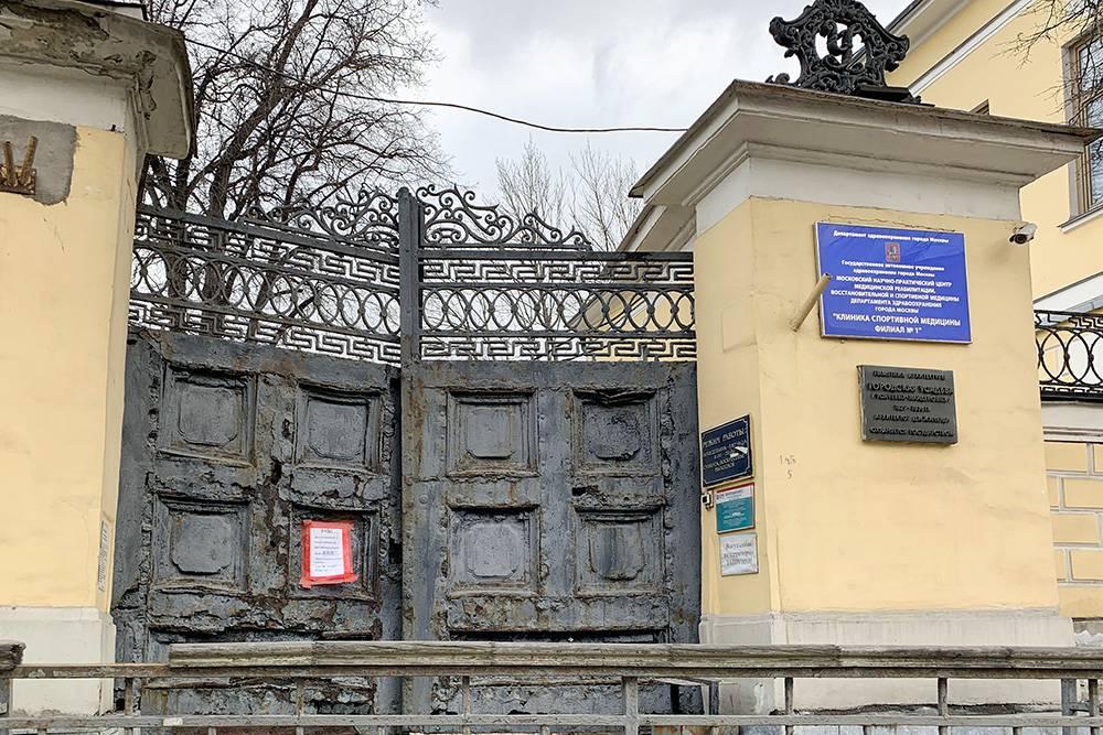 Эти ворота на Садовом еще застали кареты