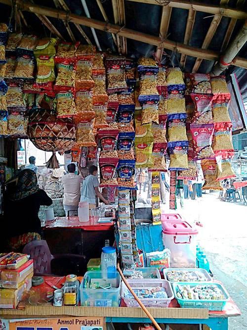 Индийские соленые и острые снеки, сигареты биди, шампуни, леденцы и другие мелочи можно найти в таких палатках, которые встречаются на каждом углу