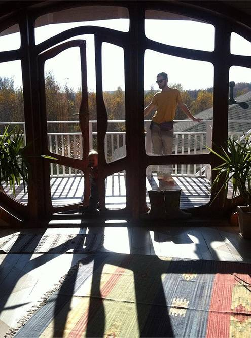 Сейчас муж на заказ делает нестандартные окна из дерева — никакого войлока! Это его первый заказ