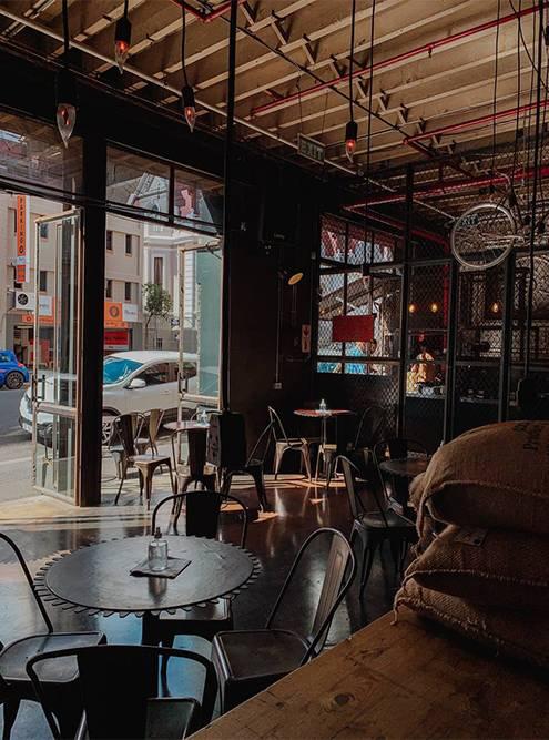 В кафе много столиков. Фото: Ульяна Грушина