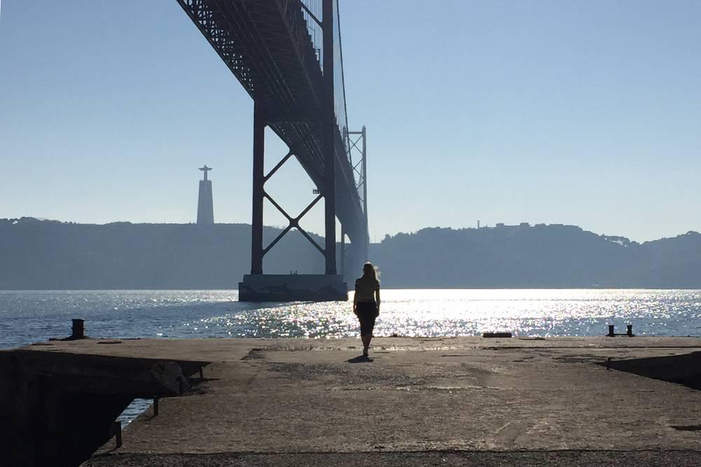 Вид на статую Христа со стороны Алмады и моста 25 Апреля. Его еще называют европейским вариантом моста Золотые Ворота