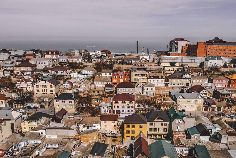 В Махачкале мало высоких зданий или многоэтажек. Окраины выглядят как поселок городского типа. Источник: Suleyman Nabiev / Shutterstock