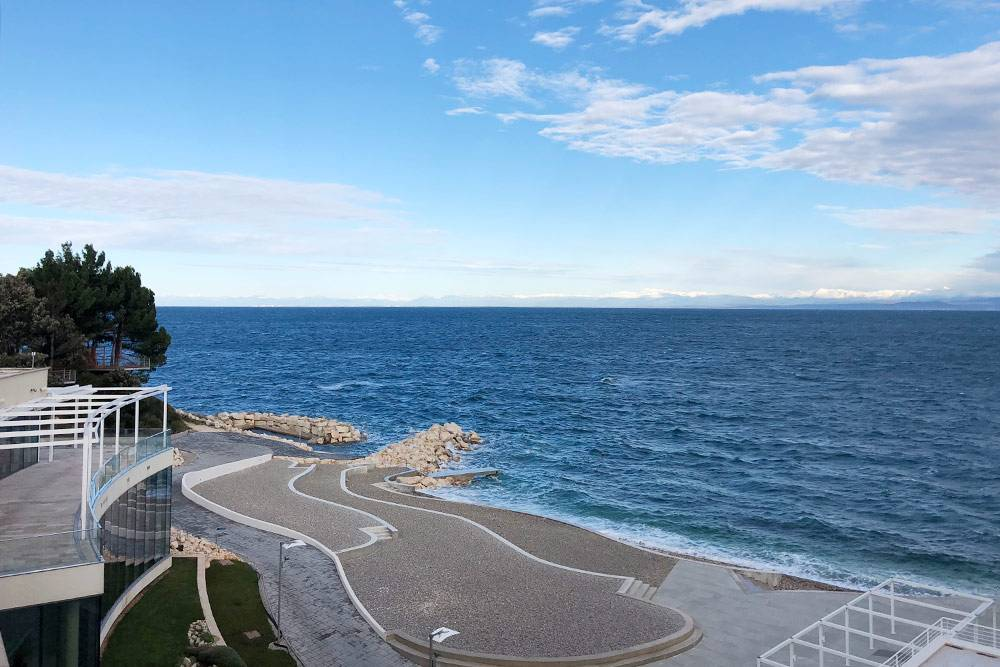 Бонус за жесткую поверхность на галечных и бетонных пляжах — прозрачная на несколько метров морская вода и отсутствие песка в вещах. Но чтобы загорать на них, нужен лежак