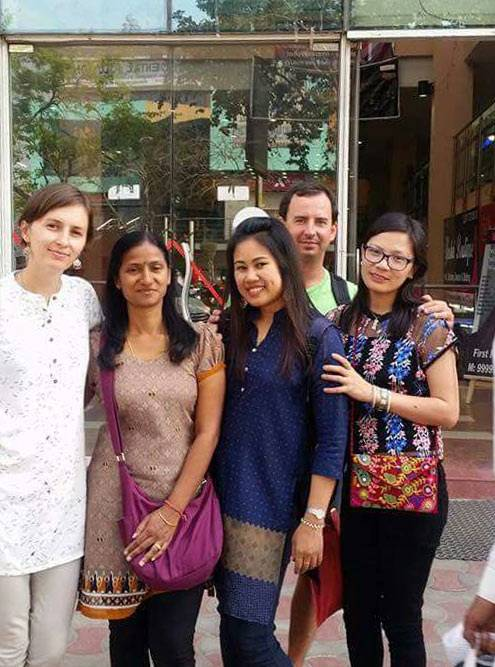 Мы с однокурсницами в только что купленных хлопковых туниках. В среднем такая стоила 1300 рупий (1315<span class=ruble>Р</span>)