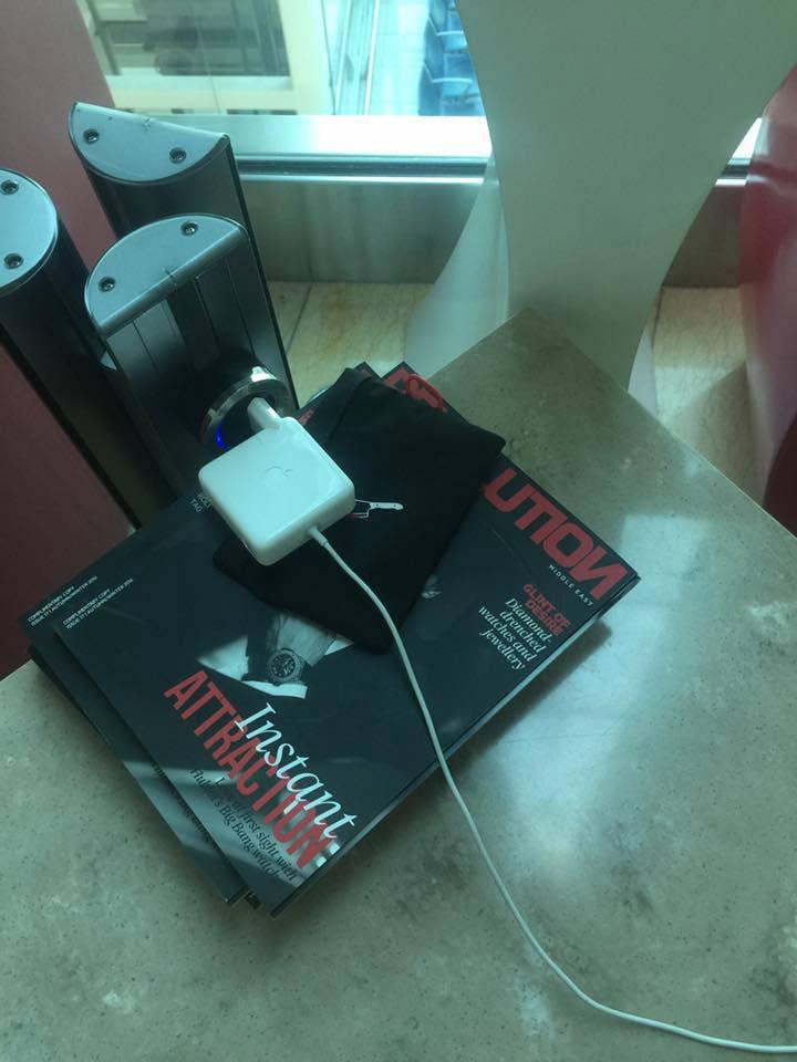 В бизнес-лаунже в Дубае все розетки оказались разбитыми. Сотрудники помочь не смогли. Мне пришлось сооружать самодельную конструкцию из мраморного стола и журналов