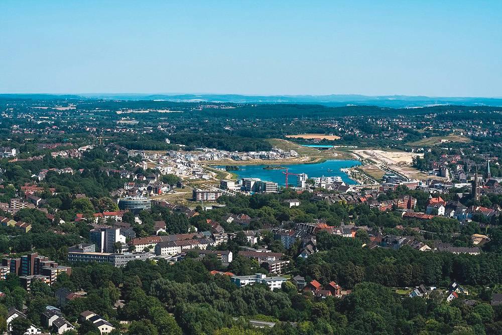 Вид на Дортмунд с местной телевизионной башни «Флориантурм». Еще 15 лет назад на месте озера был завод, который впоследствии продали Китаю, а на его месте вырыли озеро