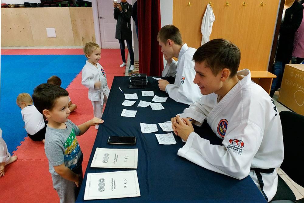 Дети отвечают на вопросы по теории на аттестации. Фото: школа боевых искусств Чиканчи