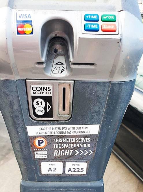 Такой счетчик принимает монеты и банковские карты. Порой люди уезжают раньше, и на счетчике остается неиспользованное время. Так мы не платили за два часа стоянки на Манхэттен-Бич в Лос-Анджелесе и за полчаса в Санта-Крузе