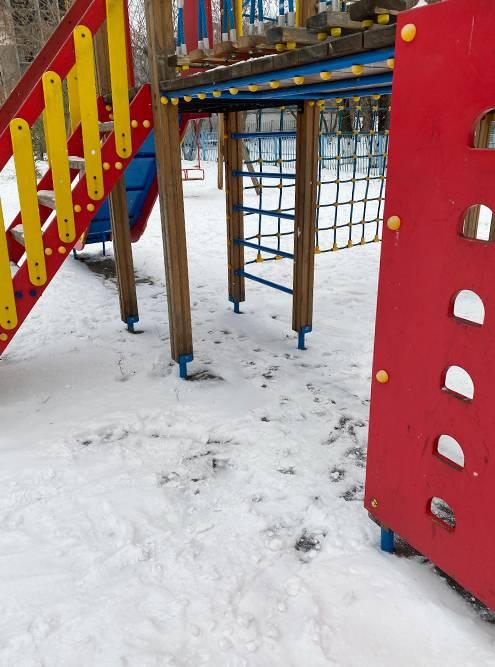 Снега немного, но на детской площадке хватает