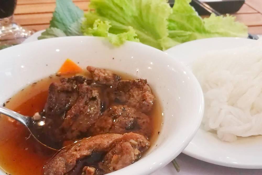 Суп бун ча с лапшой и жареной свининой родом с севера Вьетнама. В Центральном и Южном Вьетнаме его тоже можно попробовать