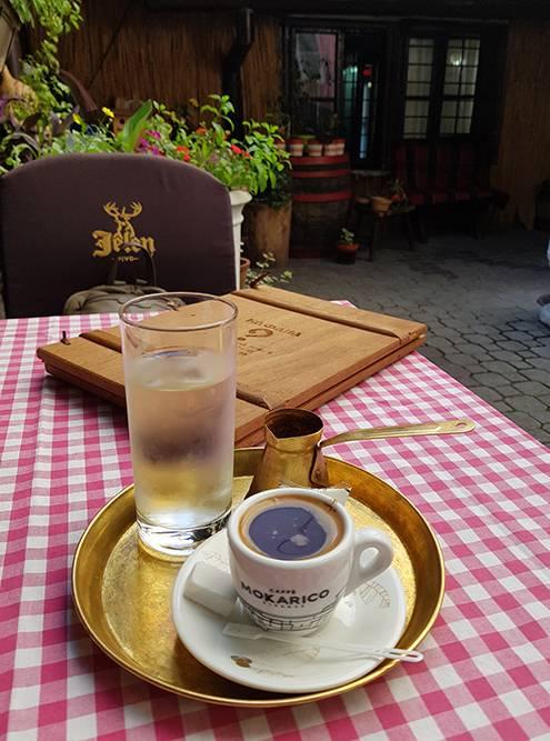 К домашнему кофе бесплатно подают воду