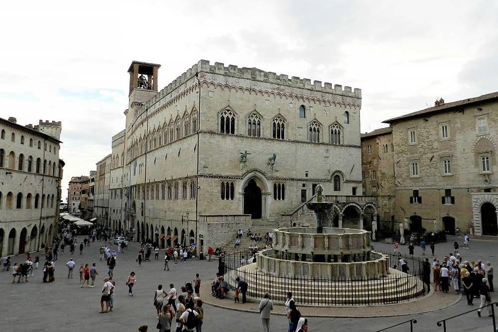 Главная площадь Перуджи — Piazza IV Novembre — с фонтаном «Маджоре». По вечерам здесь много студентов и молодежи. Все сидят на ступеньках, пьют пиво и болтают