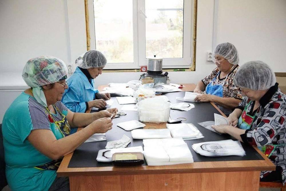 Работают на фабрике жители деревни Малый Турыш, в которой живет всего 50 человек