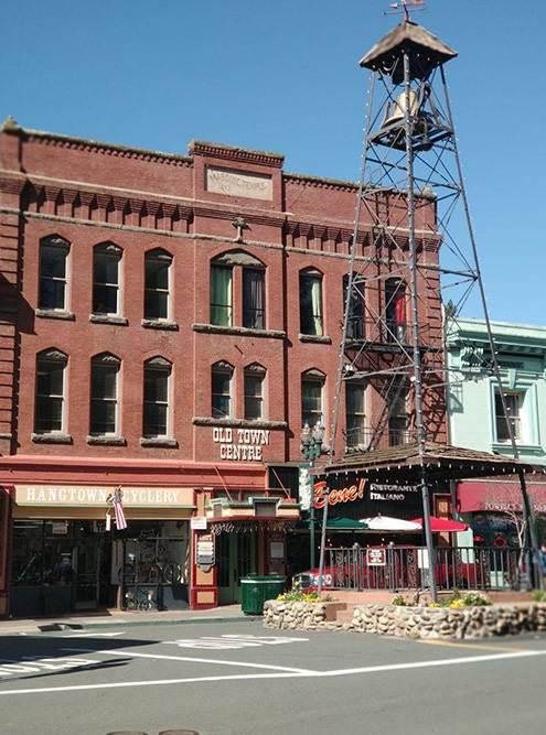 Старый город Пласервилл. Башню-колокол построили в 1865 году, чтобы предупреждать жителей о пожаре. Сейчас его не используют по назначению — колокол стоит для привлечения туристов