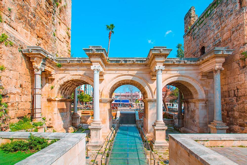 Ворота римского императора Адриана. Через них можно попасть в старый город Калеичи. Источник: muratart / Shutterstock