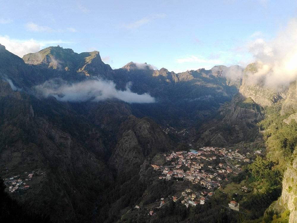 С обзорной площадки Эйру ду Серраду открывается вид на горы и деревню Куррал-даш-Фрейраш