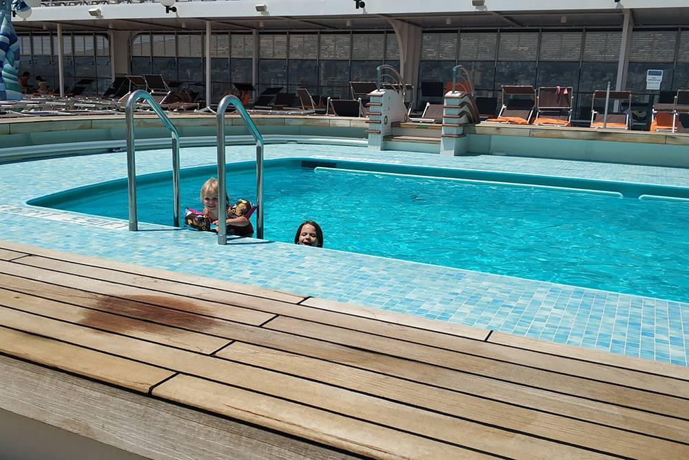 В бассейне на палубе дети проводили по несколько часов в день