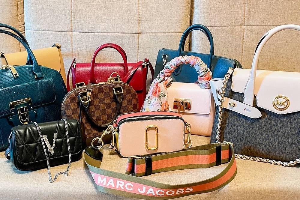 А это все мои сумки на данный момент. Три куплены в этом году, четыре в прошлом, две до этого. Одну отдала маме. Ма-ло-ва-то будет! Маловато!