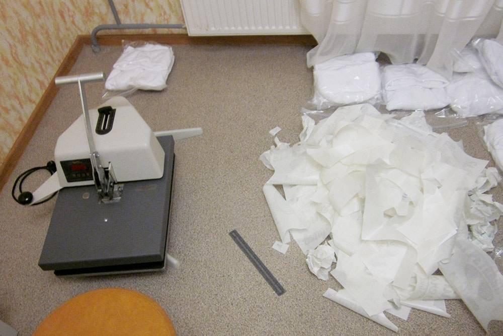 Термопресс в квартире Семена. Справа лежат остатки термотрансферной бумаги после печати