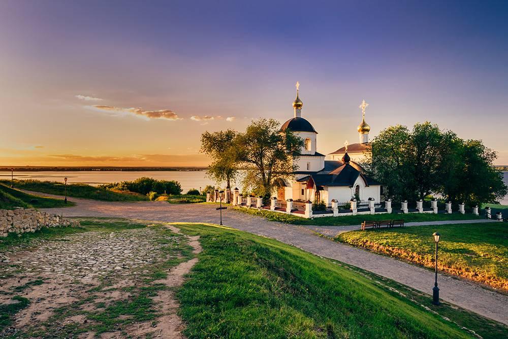 Летом в Свияжск ходят теплоходы, но только два раза в неделю: в 9 утра в субботу и воскресенье. Билет покупают в кассе речного порта, он стоит 127<span class=ruble>Р</span> в одну сторону