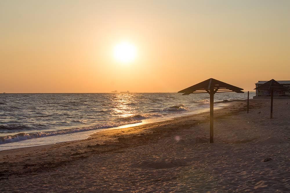 На «Золотом пляже» меньше людей, чем на обычном городском. Море мелкое, а вход в воду пологий. Источник: alloova / Shutterstock