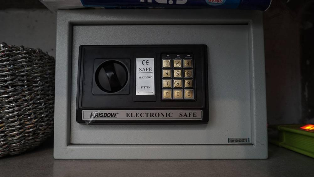 Маленький сейф просто стоит на полке — лучше, чем вообще без сейфа, но не очень надежно