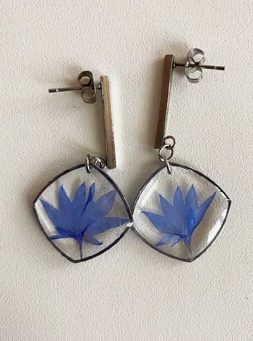 Серьги из стекла, а внутри — настоящие полевые цветы