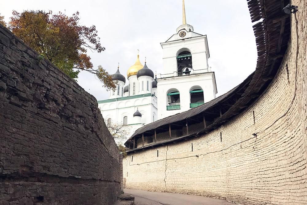 Белоснежный Свято-Троицкий собор выделяется на фоне серо-бежевых крепостных стен и построек кремля
