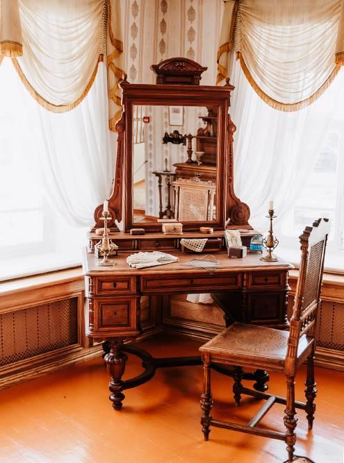 В музее Шишкина постарались сохранить атмосферу того времени, поэтому все экспонаты разложены так, будто их только что оставили хозяева. Источник: Анастасия Губинская