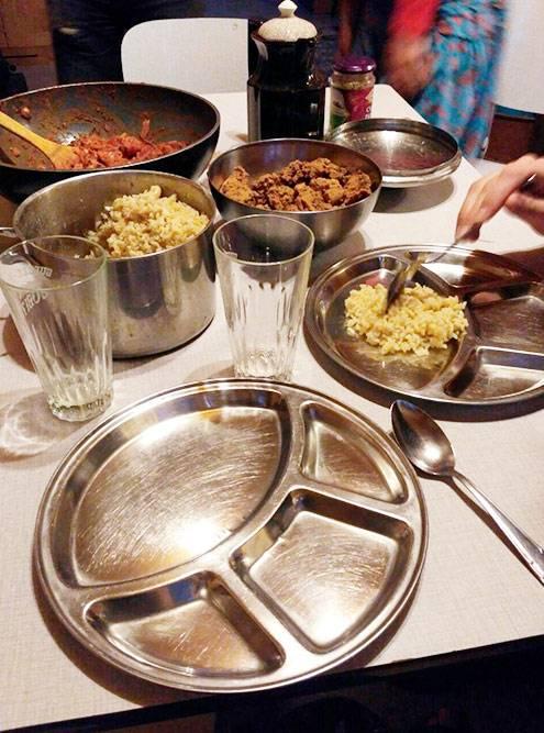 Ханс и Кэролин готовили длянас всю еду, например индийскую. Они стараются есть только органическую пищу, и у них это получается