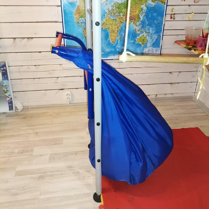 Это простые препятствия, которые не позволят младшему ребенку забраться по лестнице длястаршего