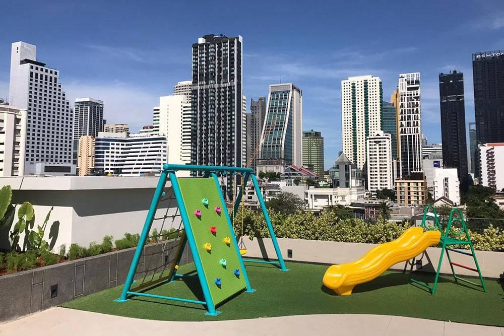 Детская площадка на крыше одного из кондо в центре