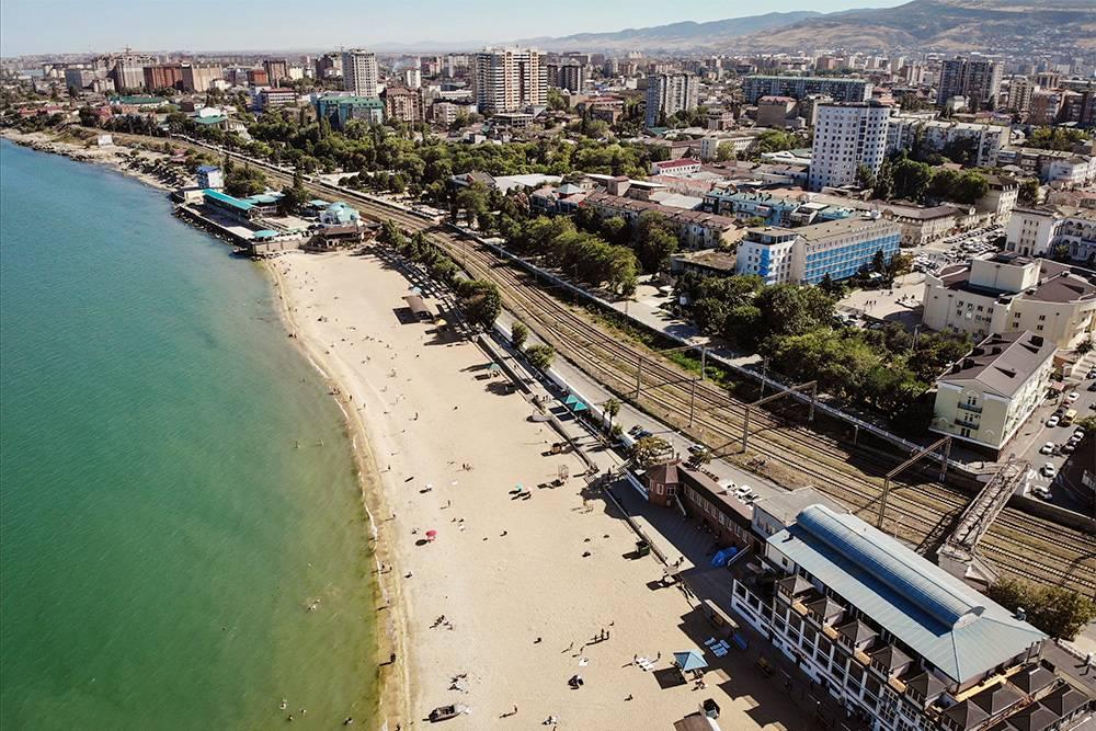 Вдоль береговой линии проходит железная дорога, поэтому селиться рядом с центральным пляжем не советую. Источник: Suleyman Nabiev / Shutterstock