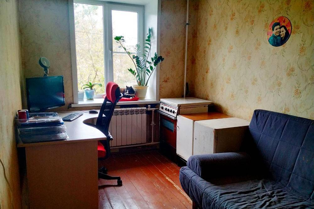 Это наша вторая комната — мы используем ее как склад для вещей. А еще тут стоит рабочий компьютер. После покупки мы только заменили окно на пластиковое и поменяли радиатор