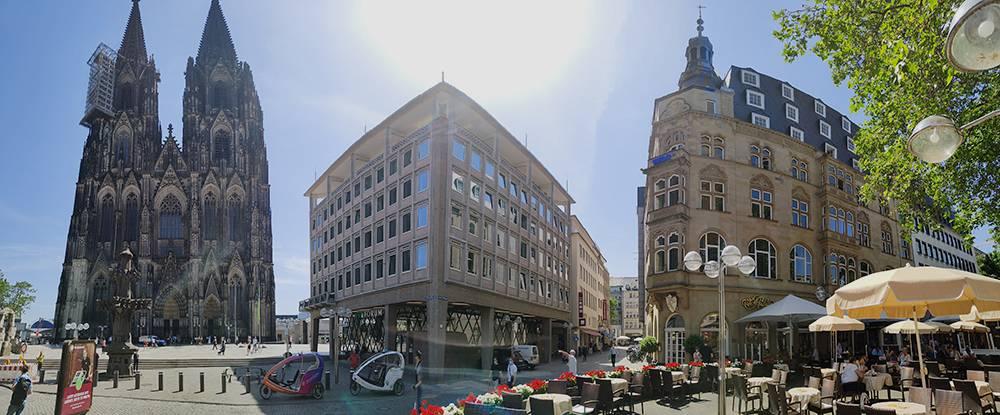 Панорама площади с Кельнским собором. Он тут слева