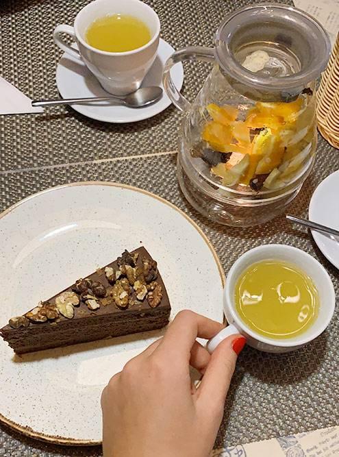 Десерт и чайник облепихового чая в «Сицилии» — 400 рублей