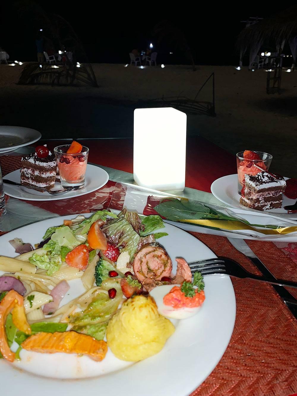 В праздничный ужин входило больше разных блюд и десертов