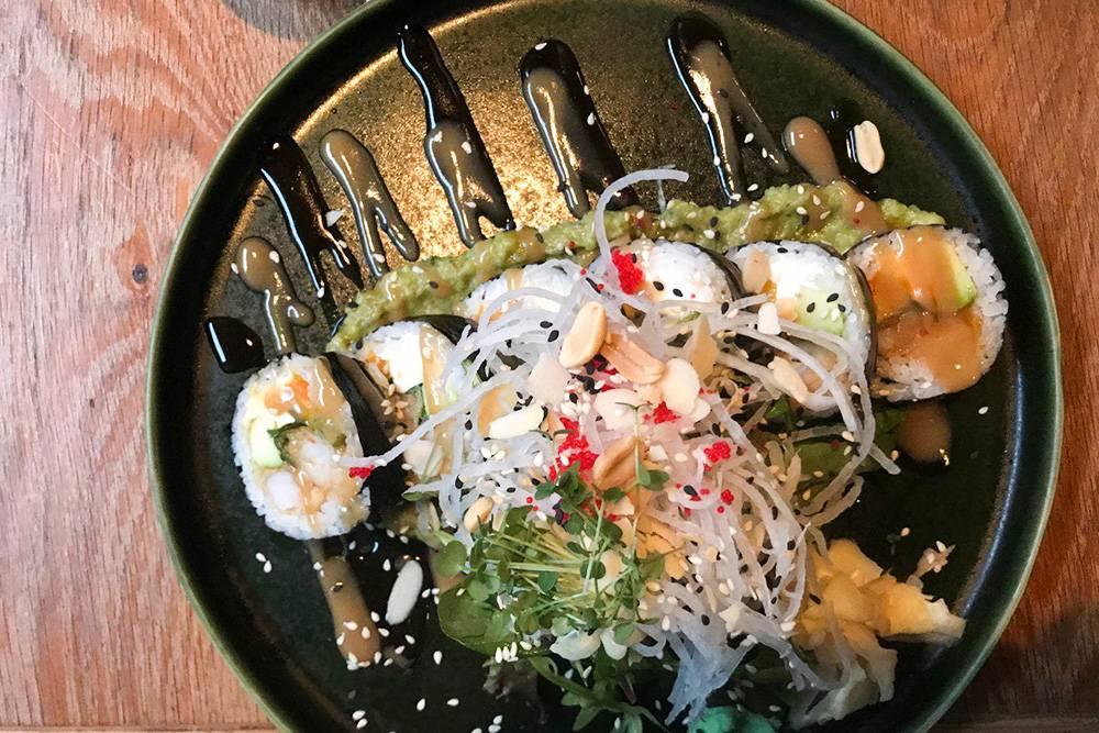 Некоторые роллы подают с зеленью и арахисом — одной порции хватает, чтобы наесться