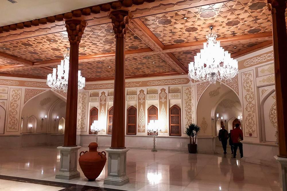 Некоторые залы «Иран-молла» больше похожи на дворец, чем на помещения торгового центра