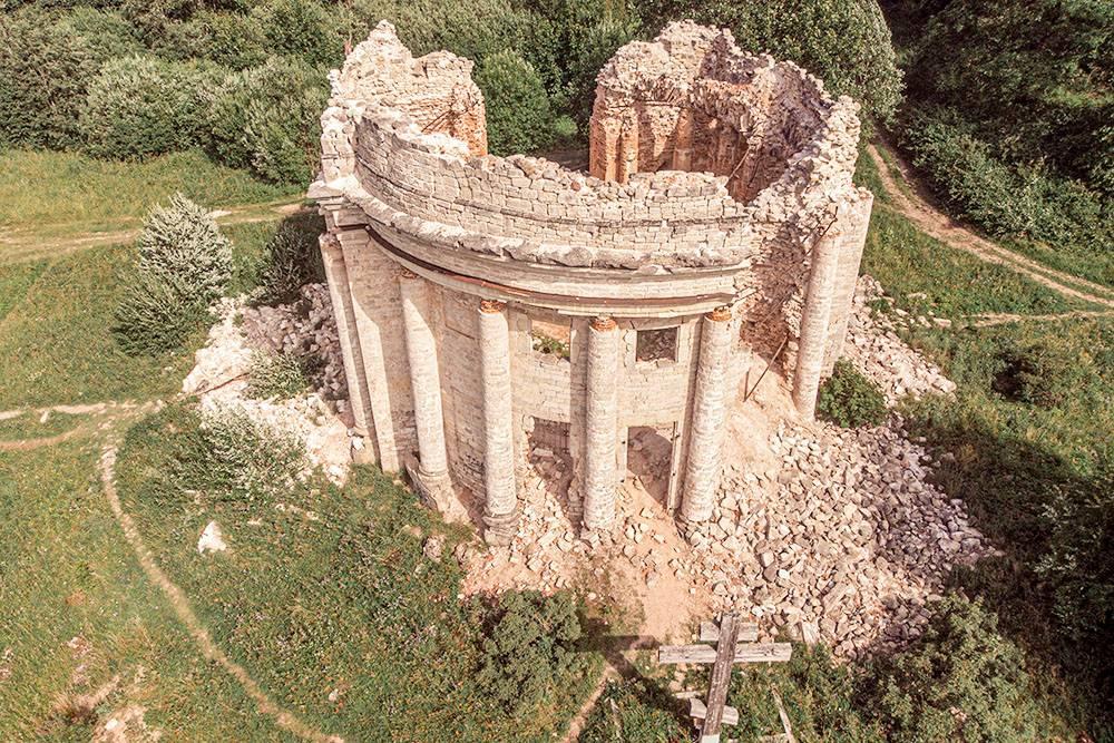 Руины Троицкой церкви с установленным деревянным крестом