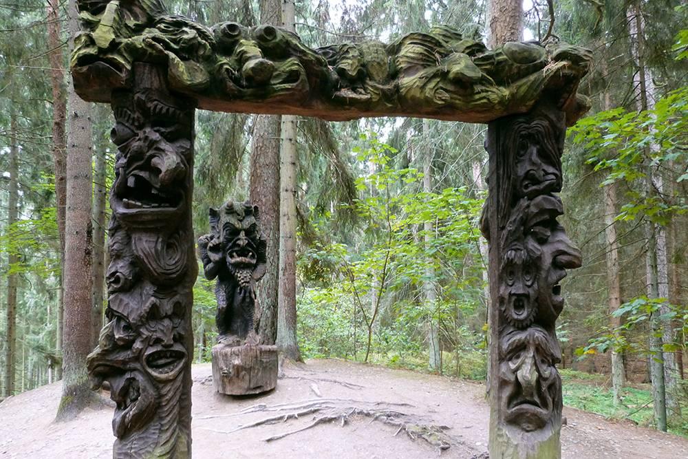 Это врата ада, за которыми установлена статуя Люцифера. Считается, что если пройти через ворота, то можно очиститься от грехов