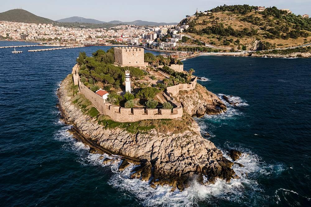 С этого ракурса замок до сих пор выглядит как пиратская крепость